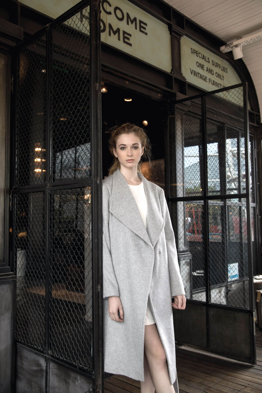 Vestido recto ($ 2.460, Mishka), tapado 7/8 con lazo($ 8.950, Mónica Socolovsky para Sathya). (Foto: Fernando Venegas/ Para Ti)