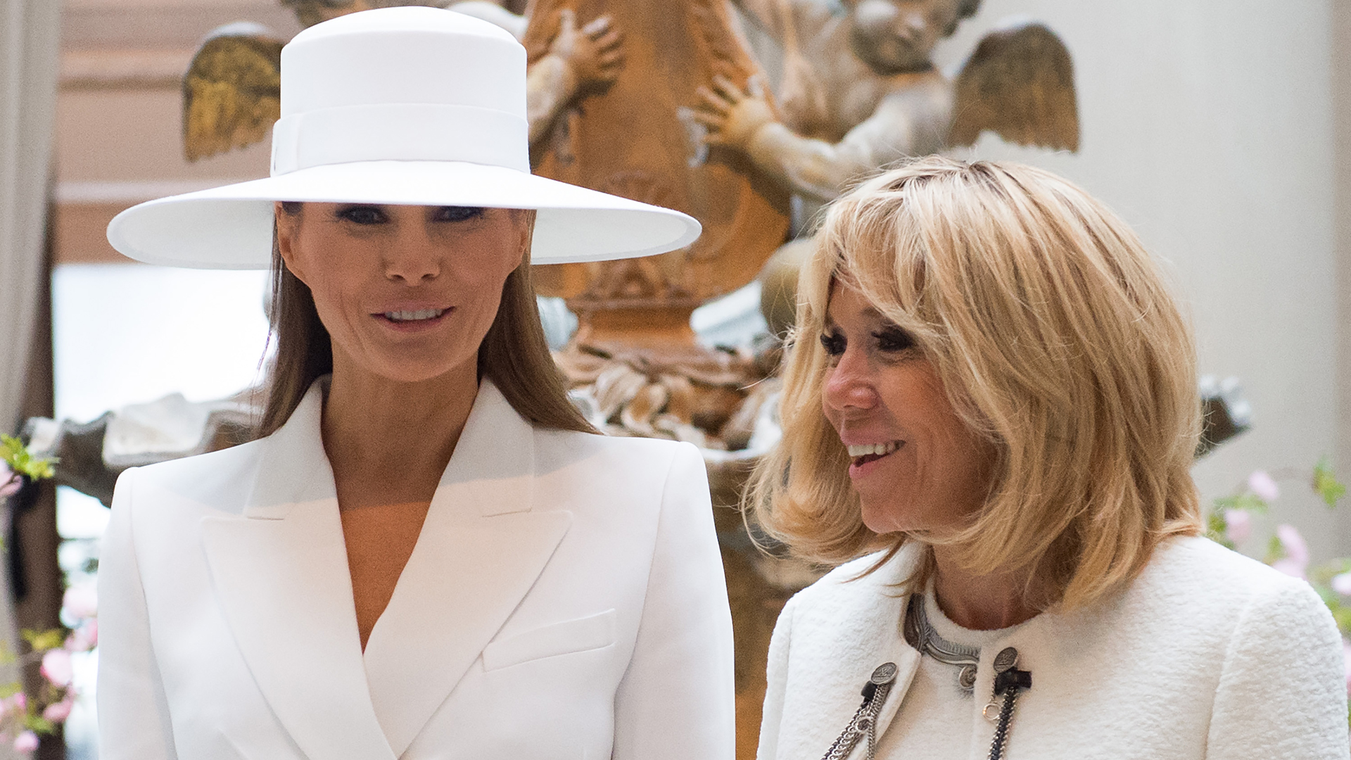Melania Trump fue centro de todas las miradas y memes por su sombrero de ala ancha a tono con su outfit (/ AFP PHOTO / SAUL LOEB)