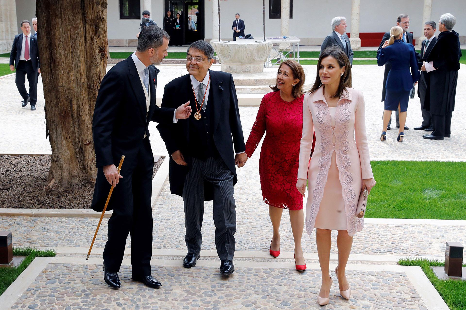 Los reyes caminan junto a Sergio Ramírez y su mujer, Gertrudis Guerrero