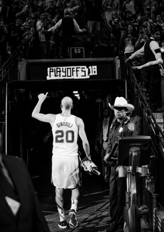 Ginóbili en dirección a los vestuarios en lo que fue su última función, el 24 de abril de 2008(@Spurs)