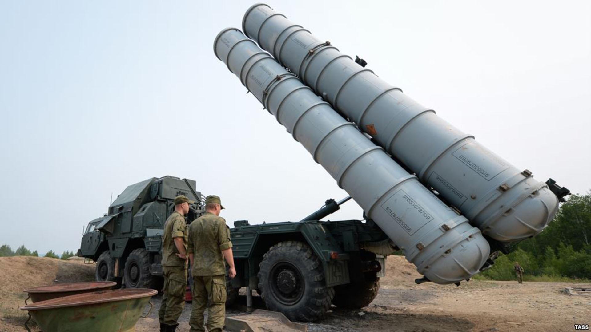 Una lanzadera de misiles S-300. Las baterías cuentan además con otros vehículos que portan radares y el centro de mando y control de tiro
