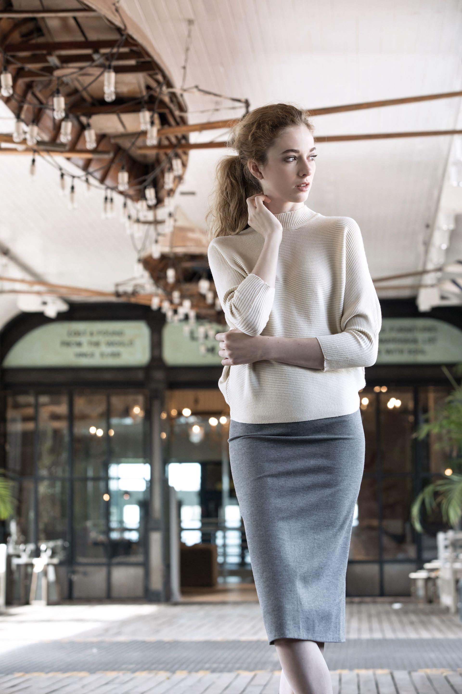 Suéter corto ($ 2.490, Las Pepas) y pollera recta midi de algodón ($ 1.980, Mishka).(Foto: Fernando Venegas/ Para Ti)