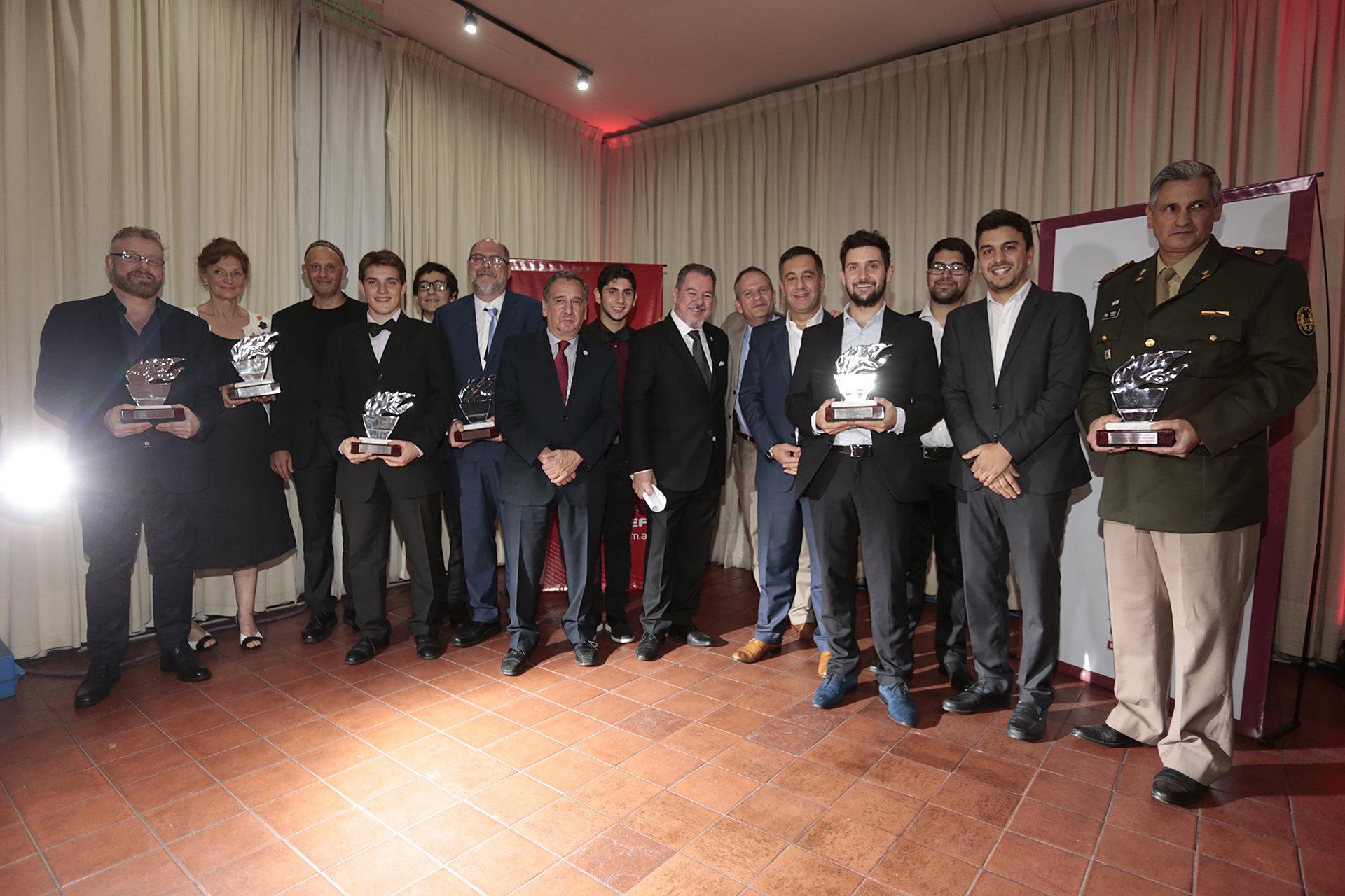 La foto final de todos los premiados junto a Mario Montoto, los ministros Sergio Bergman, Lino Barañao y Alejandro Finocchiaro, y el embajador de Israel en la Argentina, Ilan Sztulman /// Fotos: Christian Bochichio – TAEDA