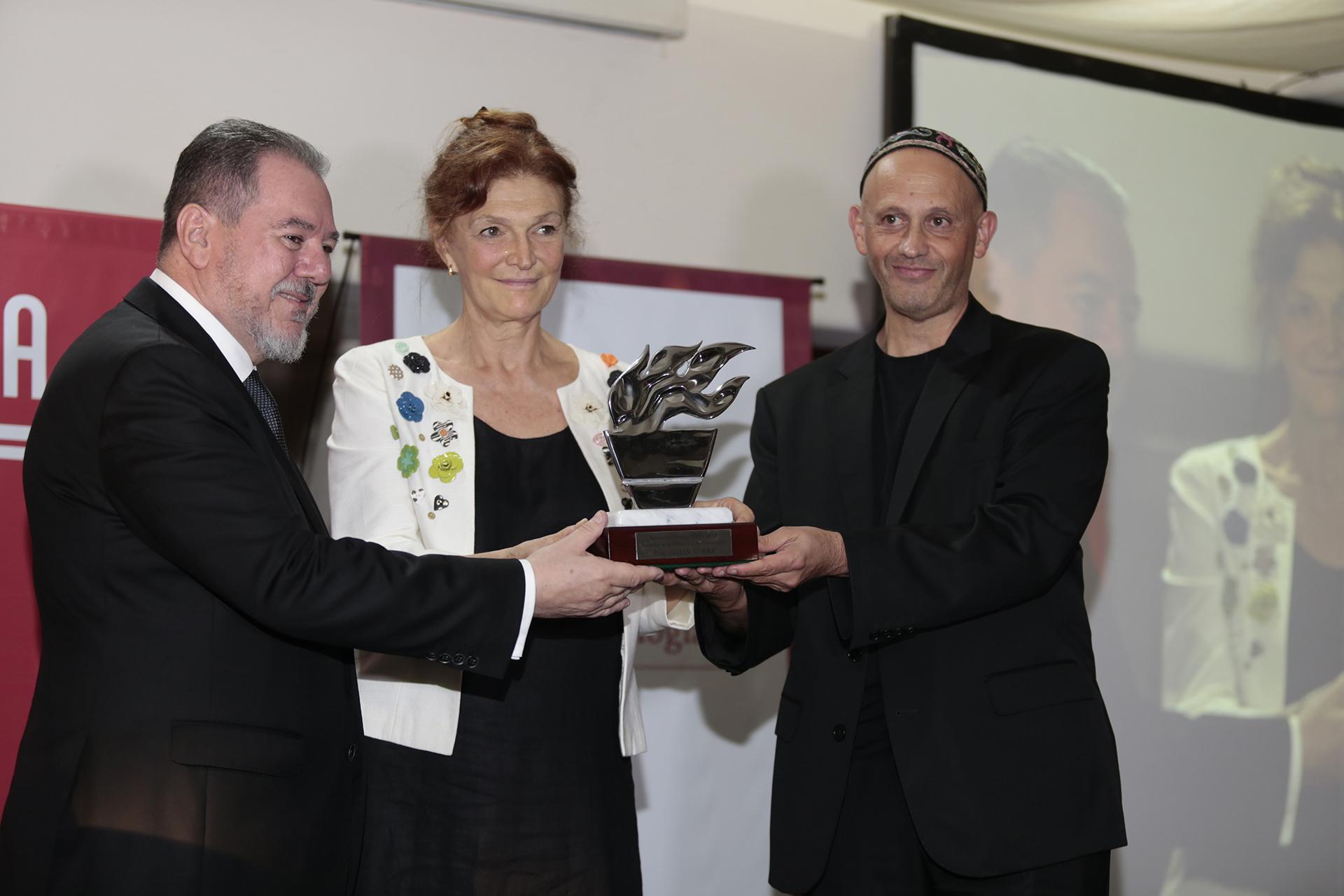 """Lilian Corra también preside la International Society of Doctors for the Environment (ISDE) y colabora activamente con la Asociación Argentina de Médicos por el Medio Ambiente (AAMMA), que fundó en 1992. Recibió el galardón en """"Medioambiente"""", por su labor destacada en la difusión de las problemáticas que el cambio climático genera en la salud humana"""