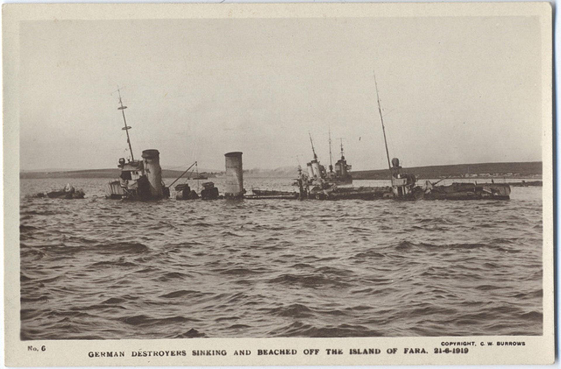 Fotografía donde se observa el pedazo del vapor alemán que quedó sin hundirse sobre la superficie del mar.
