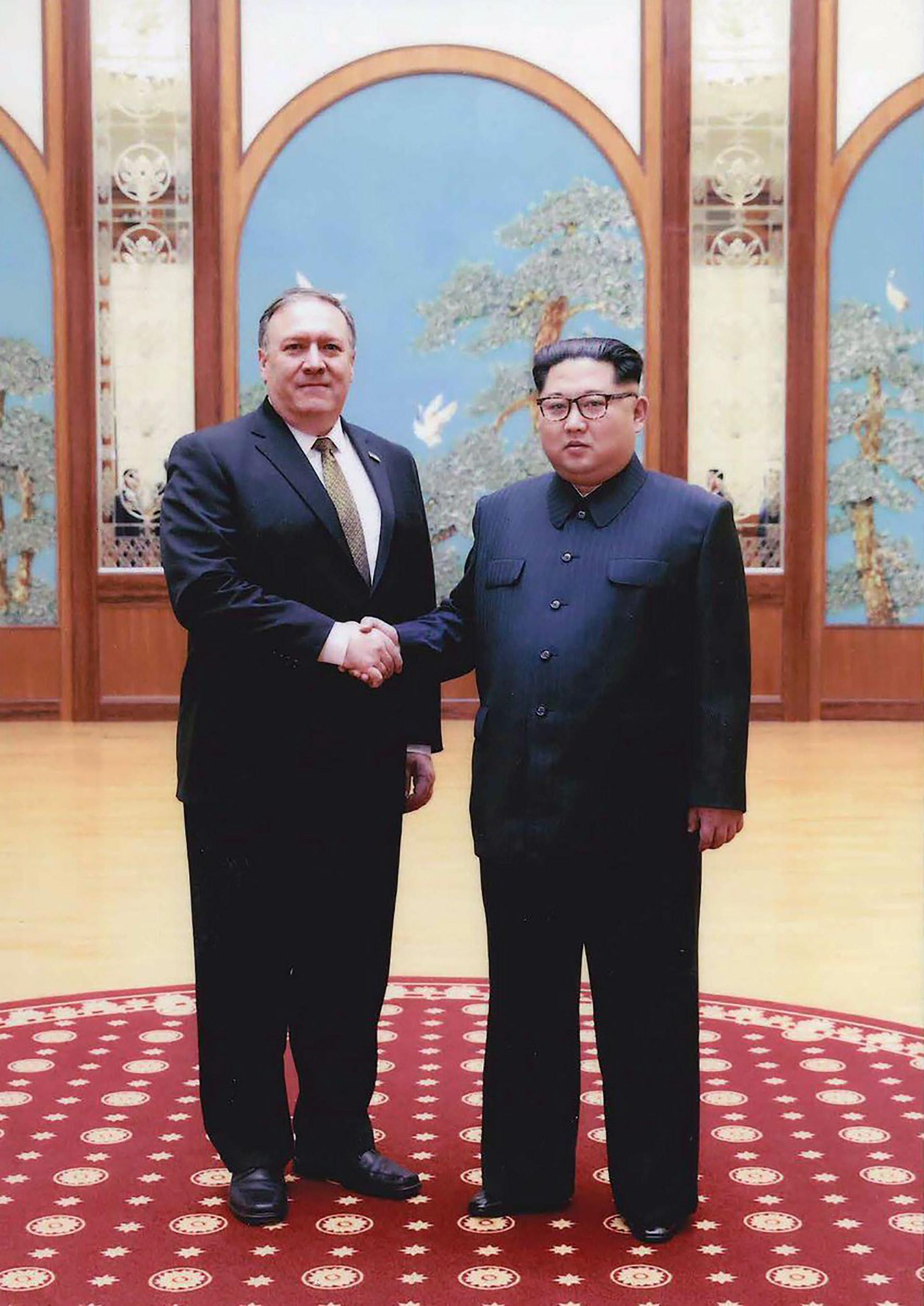 Mike Pompeo, secretario de Estado de EEUU, y el dictador norcoreano Kim Jong-un mantuvieron una reunión secreta en Pyongyang a fines de marzo