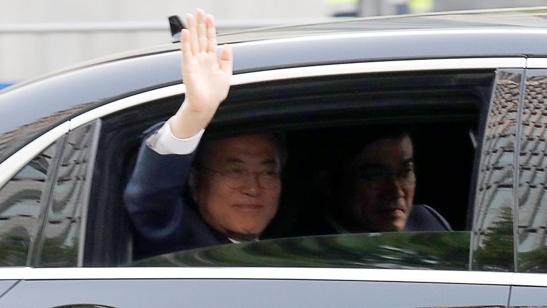 El mandatario surcoreano Moon Jae-in saludó a los seguidores que celebraron en la calle por su disposición a dialogar con el gobierno norcoreano (REUTERS)
