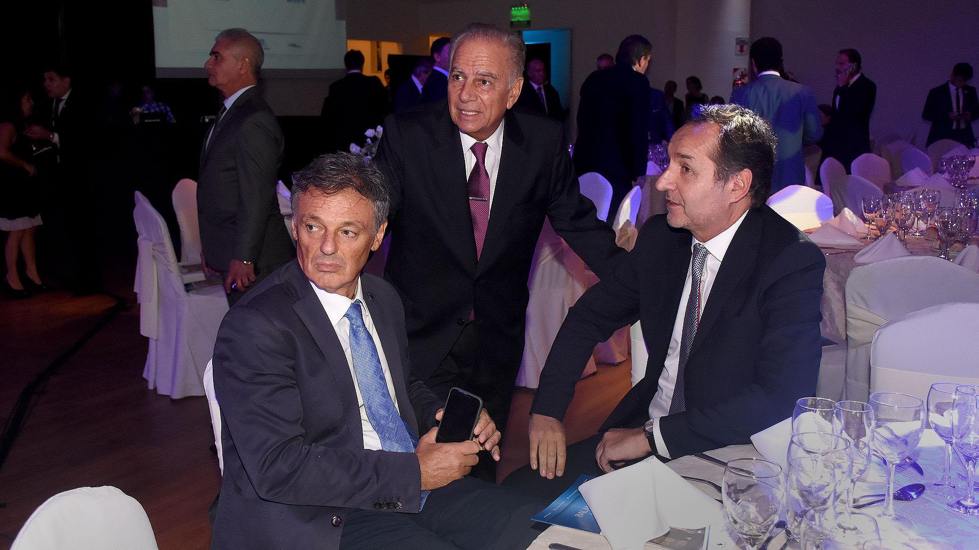 El ministro de Producción Francisco Cabrera; el presidente de Pan American Energy Alejandro Bulgheroni y el secretario de Asuntos Estratégicos Fulvio Pompeo