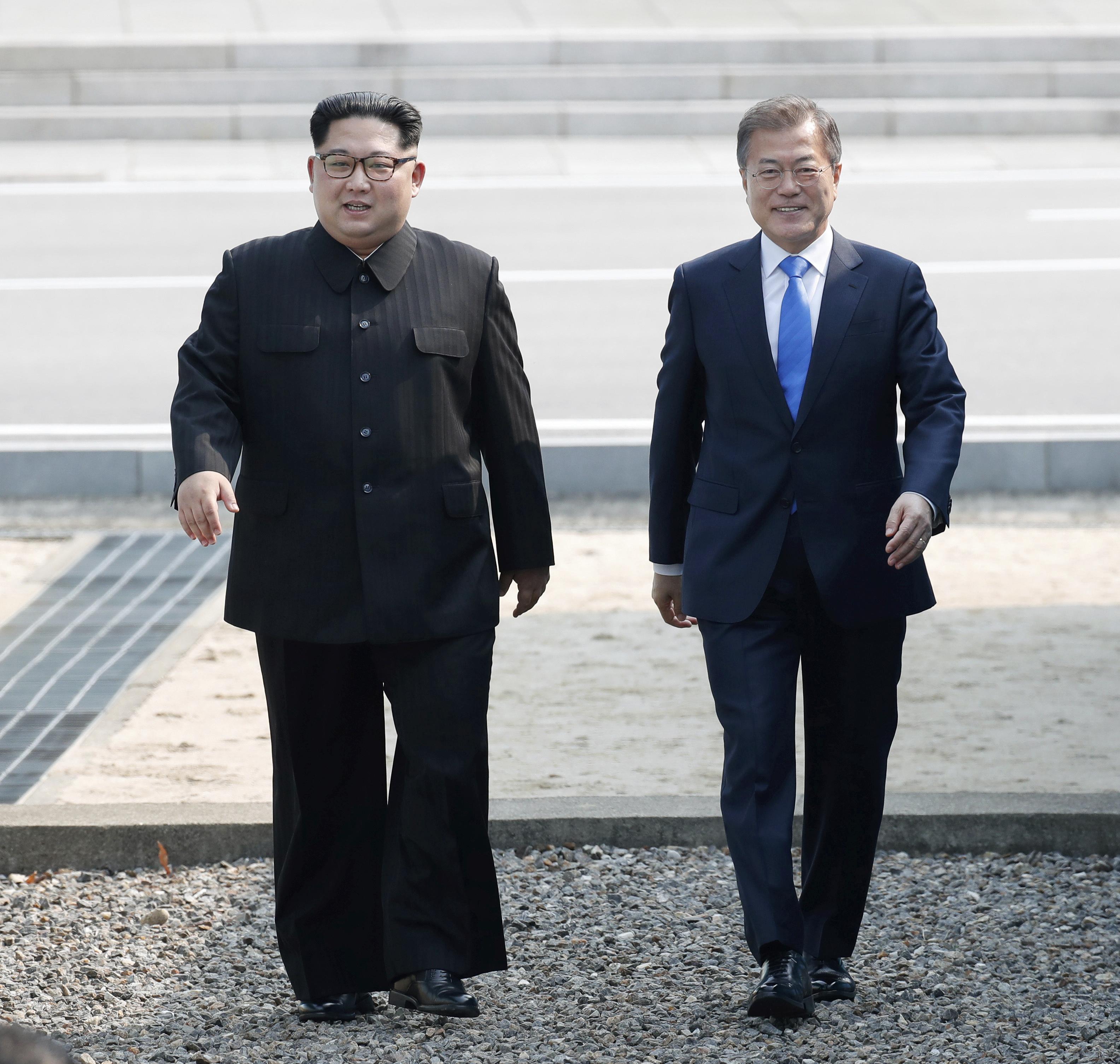 El dictador norcoreano Kim Jong-un y el presidente surcoreano Moon Jae-in camina en terreno surcoreano. (Korea Summit Press Pool via AP)