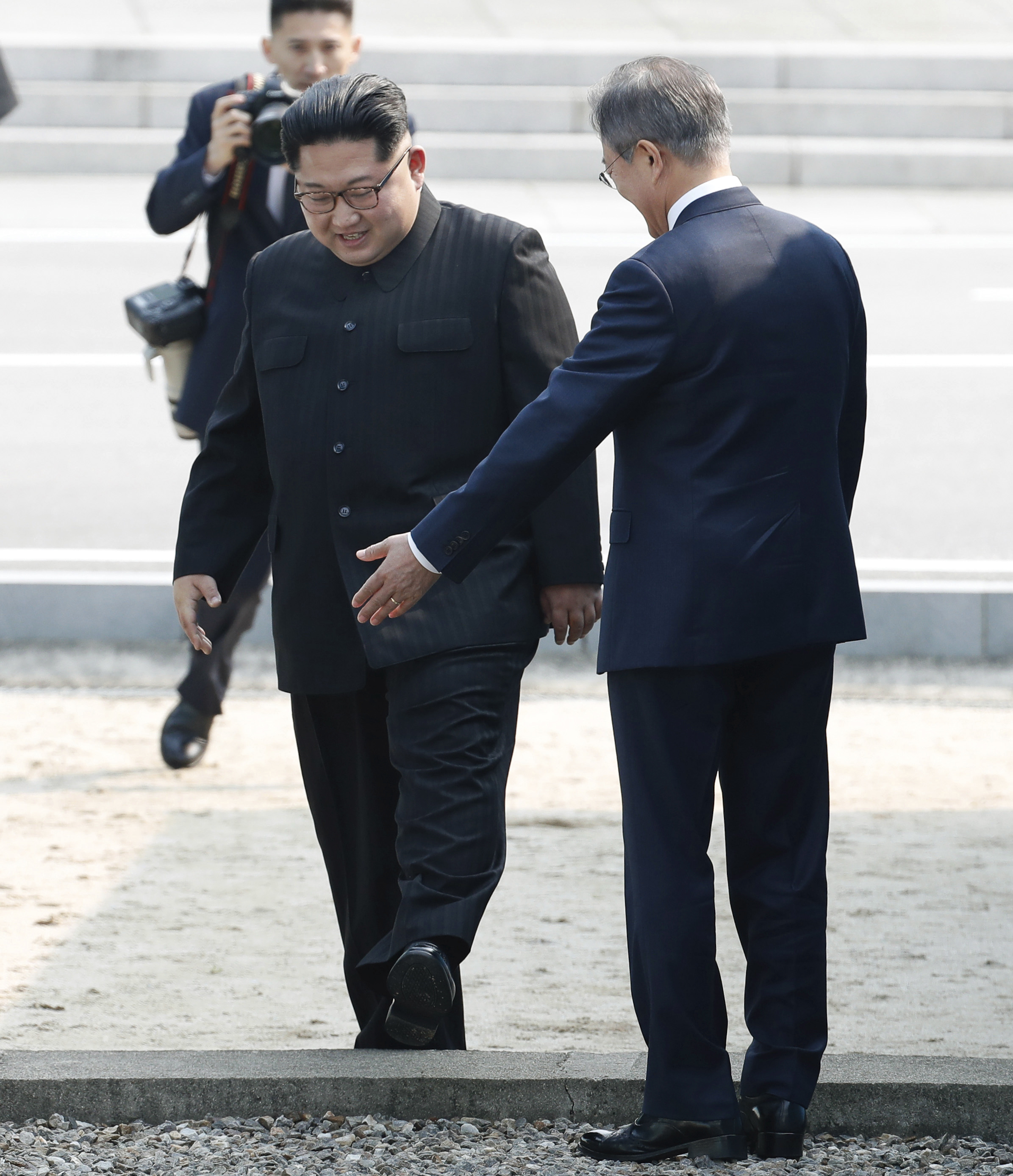 Mon Jae-in invita a Kim Jong-un a cruzar la frontera Corea del Sur. (Korea Summit Press Pool via AP)