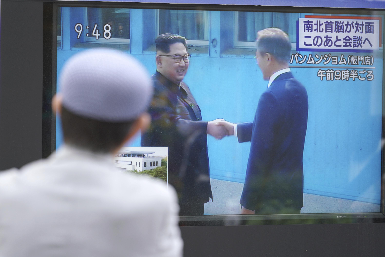 Un hombre en Tokyo observa el histórico encuentro. (AP Photo/Eugene Hoshiko)