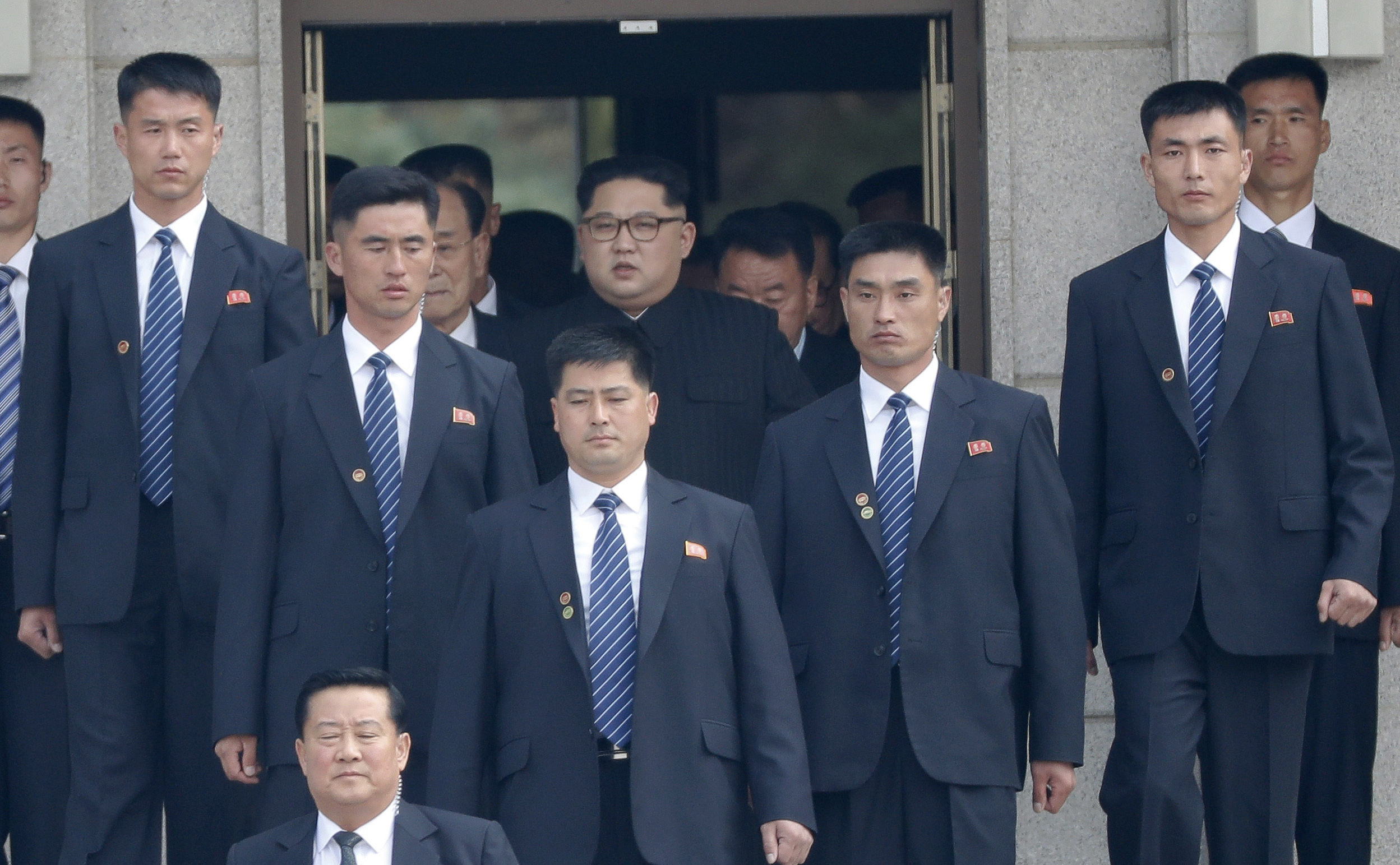 Kim Jong Un rodeado por sus guardaespaldas. (Korea Summit Press Pool via AP)