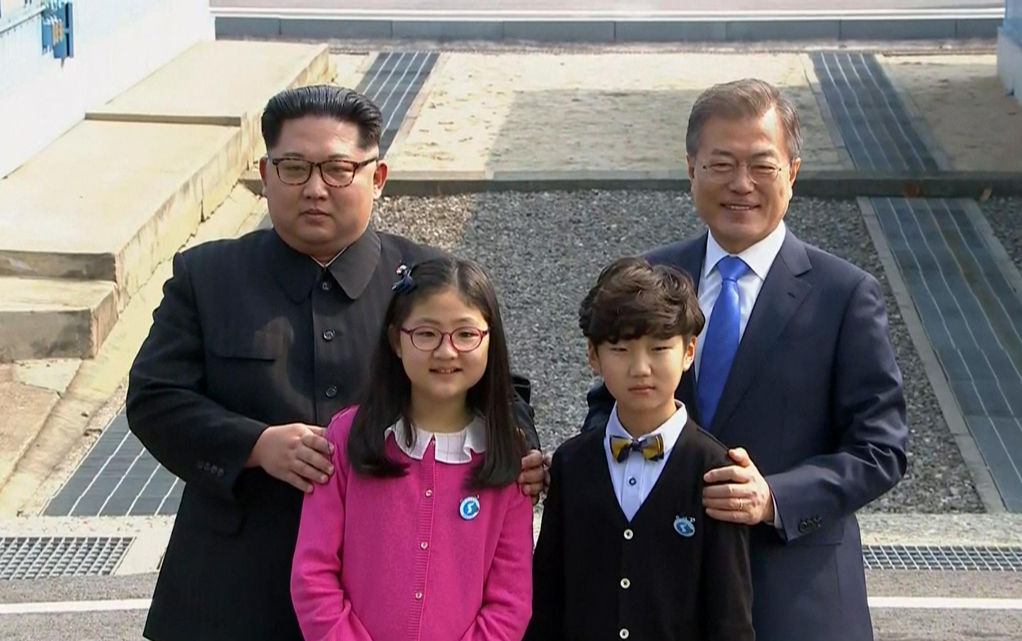 Los dos líderes posan con niños.(Korea Broadcasting System via AP)