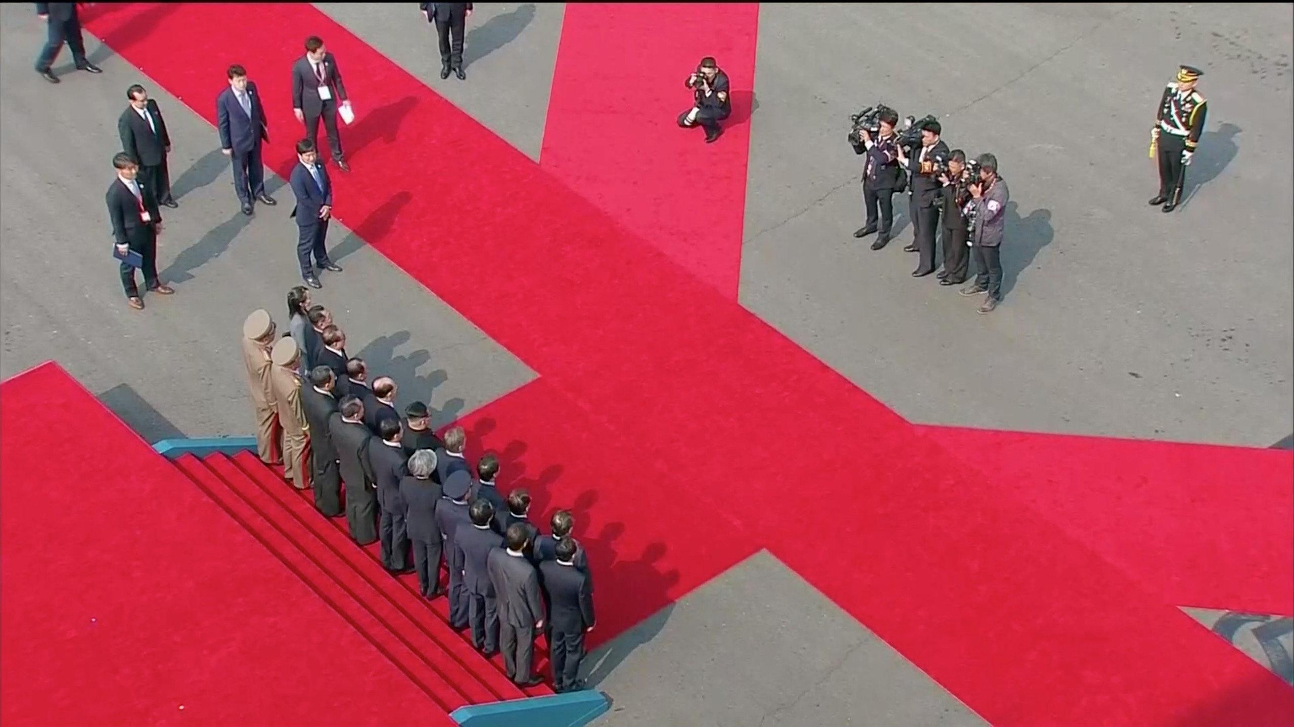 Los dos líderes junto a las respectivas comitivas durante un momento protocolar del lado surcoreano.