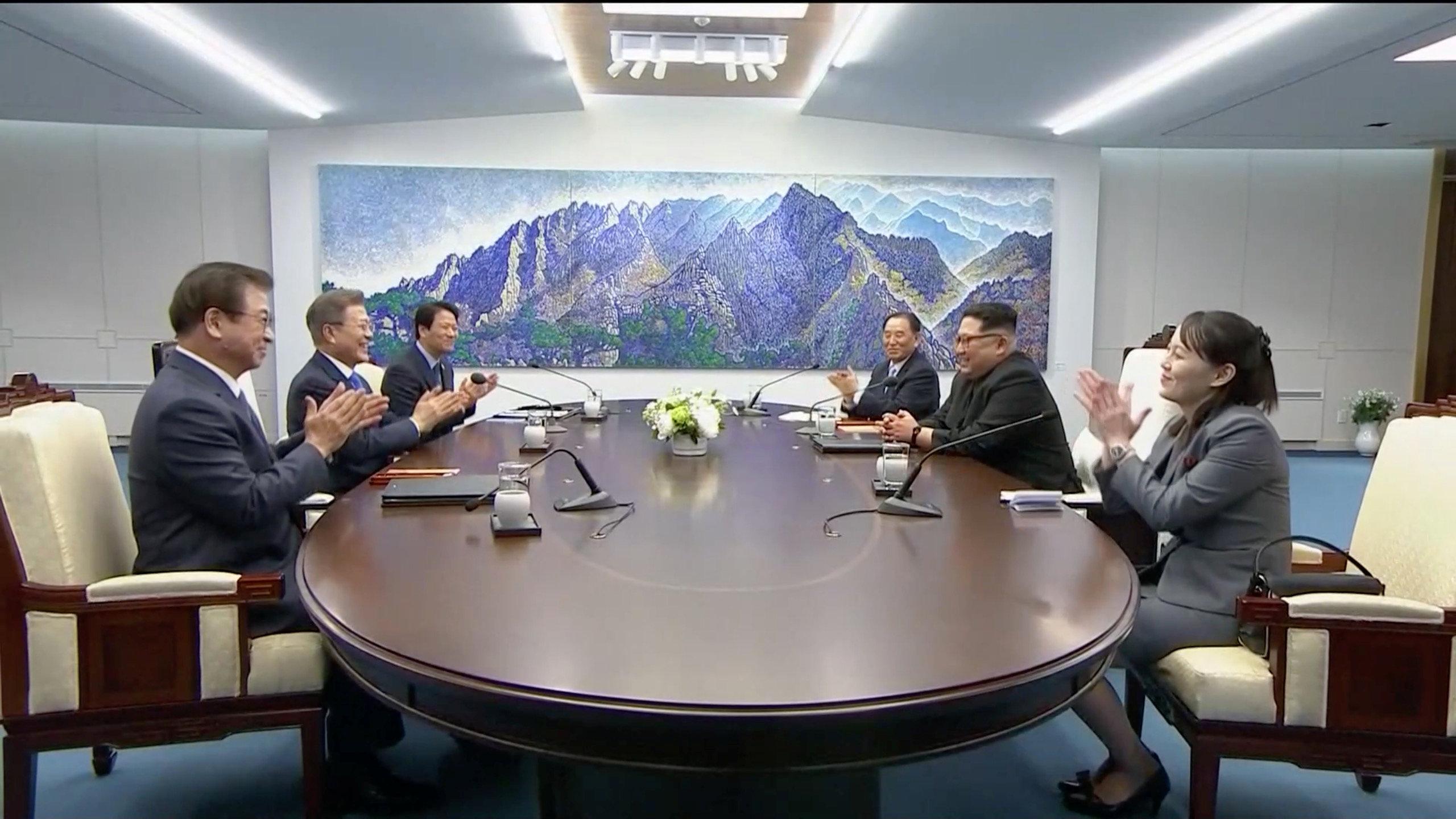 Las dos líderes, junto con sus comitivas, inician la cumbre con un aplauso.