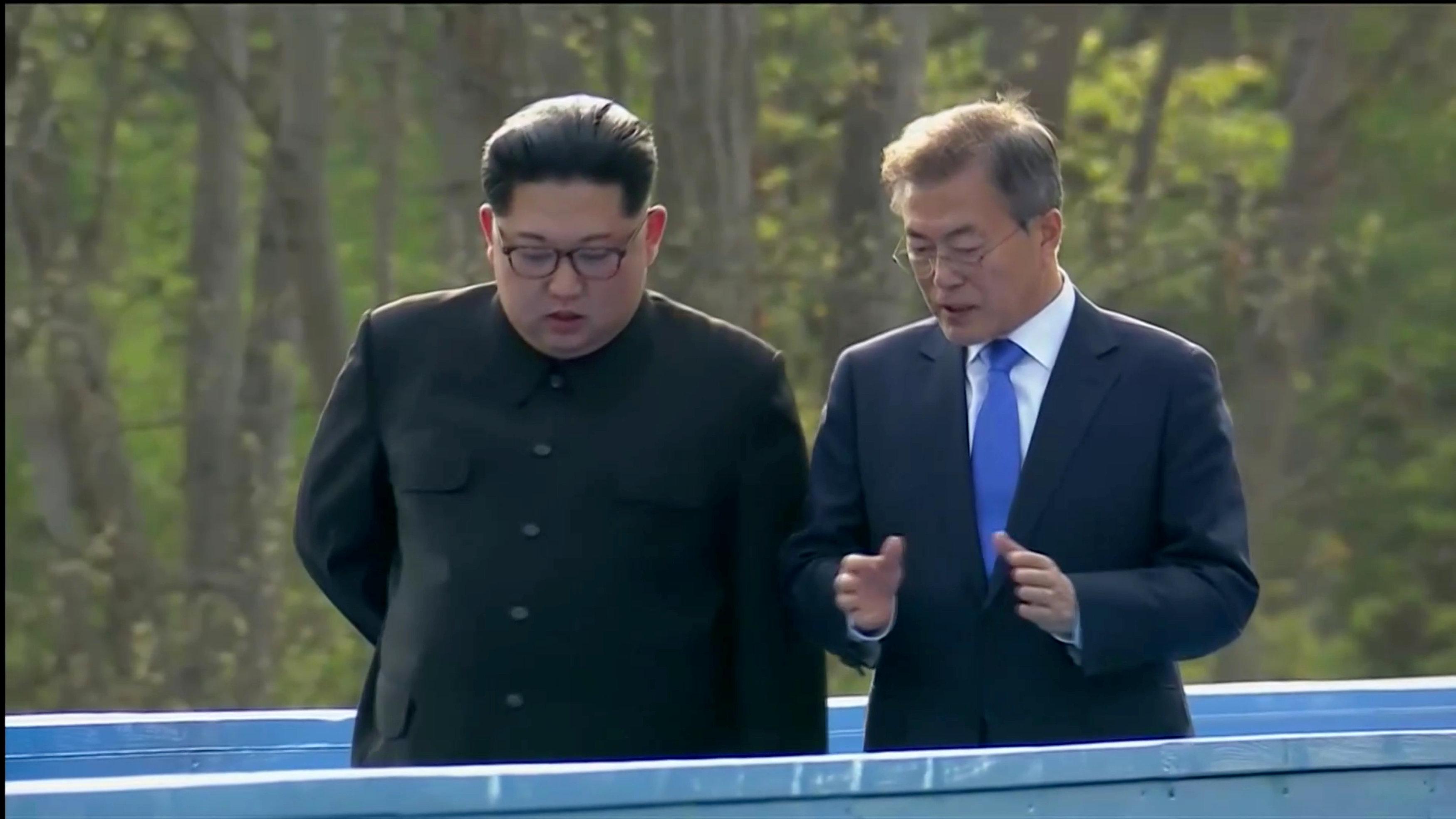 Los dos líderes conversan en un rato de descanso de los acto protocolarios.