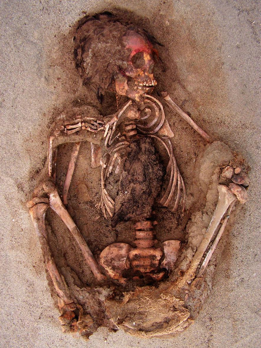 Uno de los esqueletos infantiles hallados, en los que se aprecia la caja torácica partida