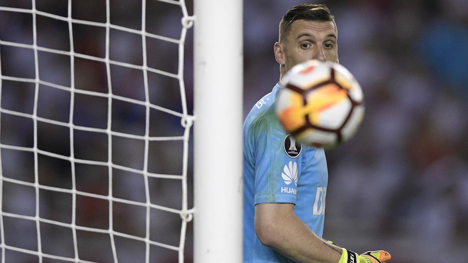 Ojos en la pelota para Franco Armani. Según Fantino, debe ser titular. (Foto: AFP)