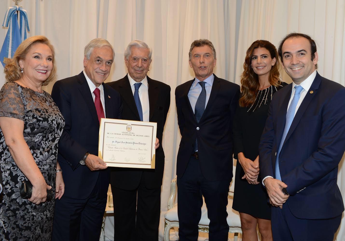 El legislador porteño Francisco Quintana le entregó un diploma al presidente chileno