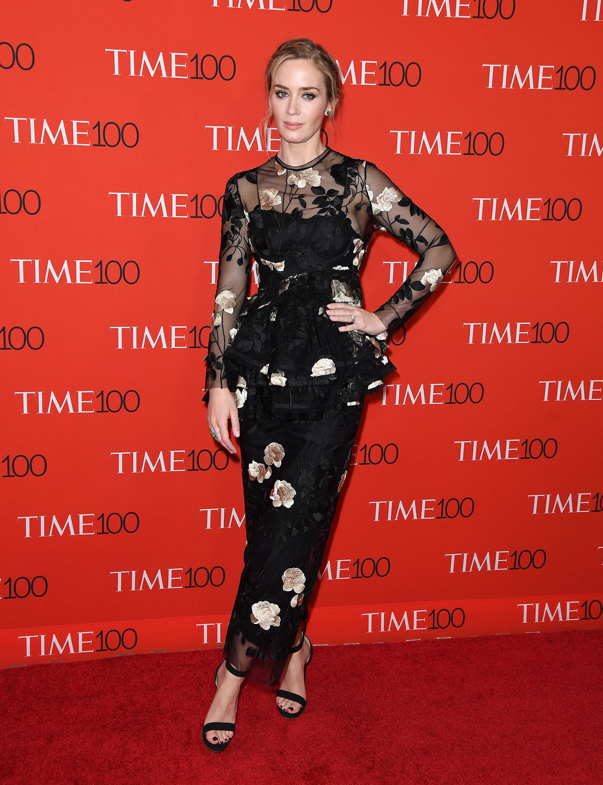 Emily Blunt eligió un fabuloso vestido con bordados florales y transparencias