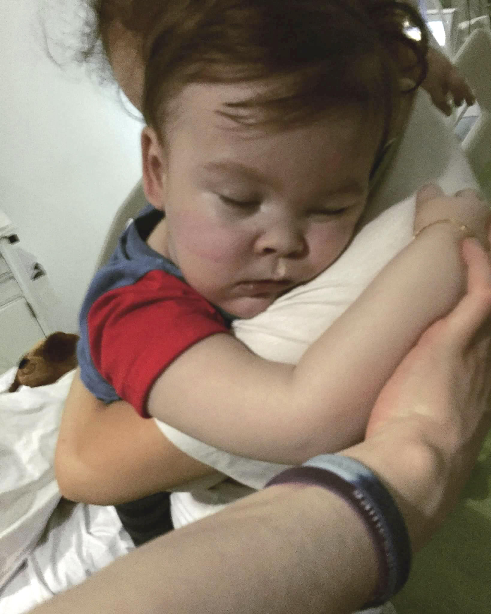Alfie es abrazada por su madre, Kate James en el hospital Alder Hey en Liverpool. (Alfies Army Official via AP)