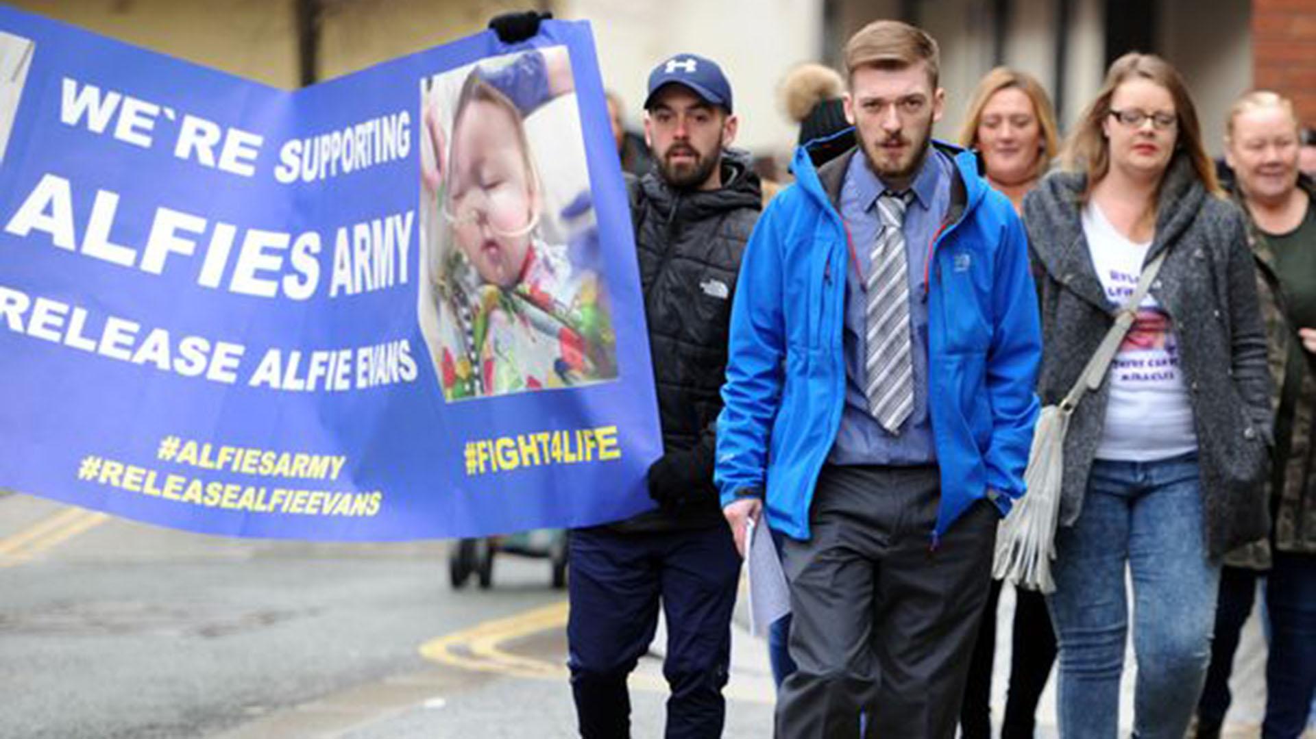 """Thomas Evans en una marcha organizada por el """"Ejército de Alfie"""""""