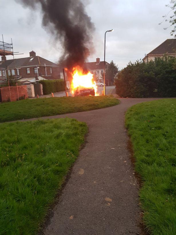 El auto fue hallado a 3,2 kilómetros de distancia y prendido fuego (Wales Online)
