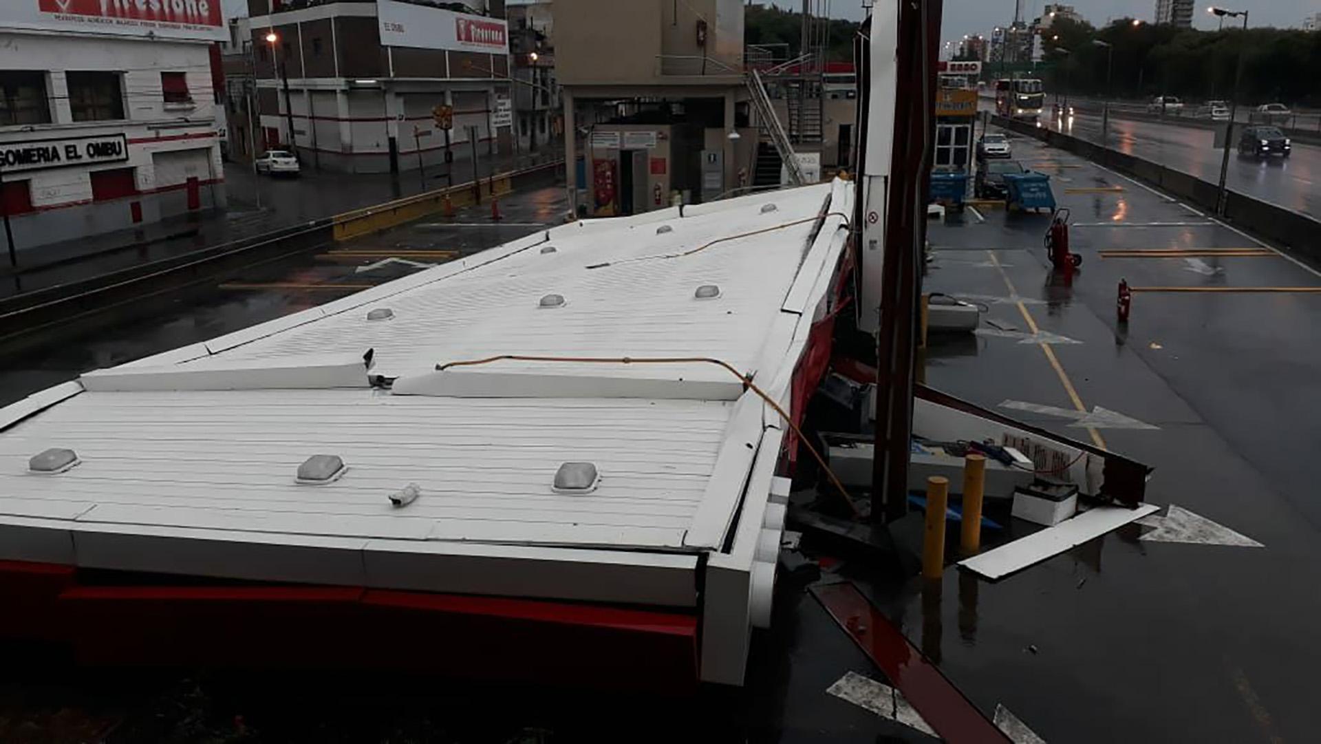 El techo de una estación de servicio caído a causa del fuerte temporal en la Ciudad