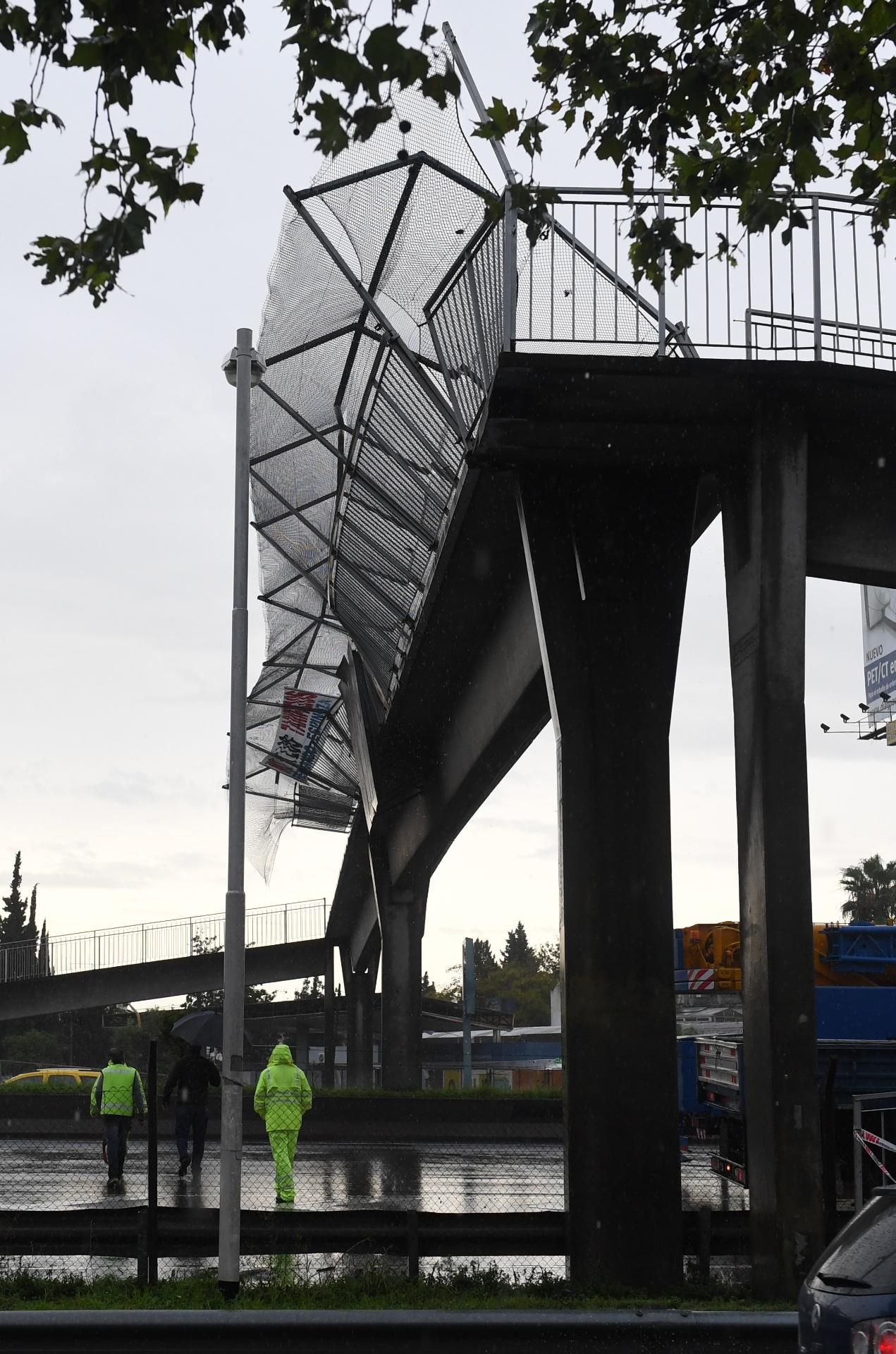En Haedo, los fuertes vientos también hicieron colapsar un puente