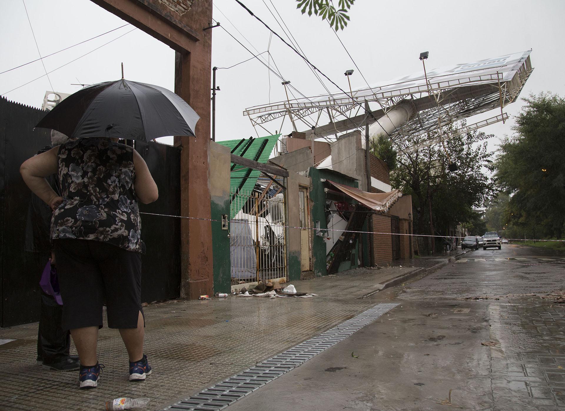 Por los fuertes vientos, en la avenida General Paz se cayó un cartel publicitario