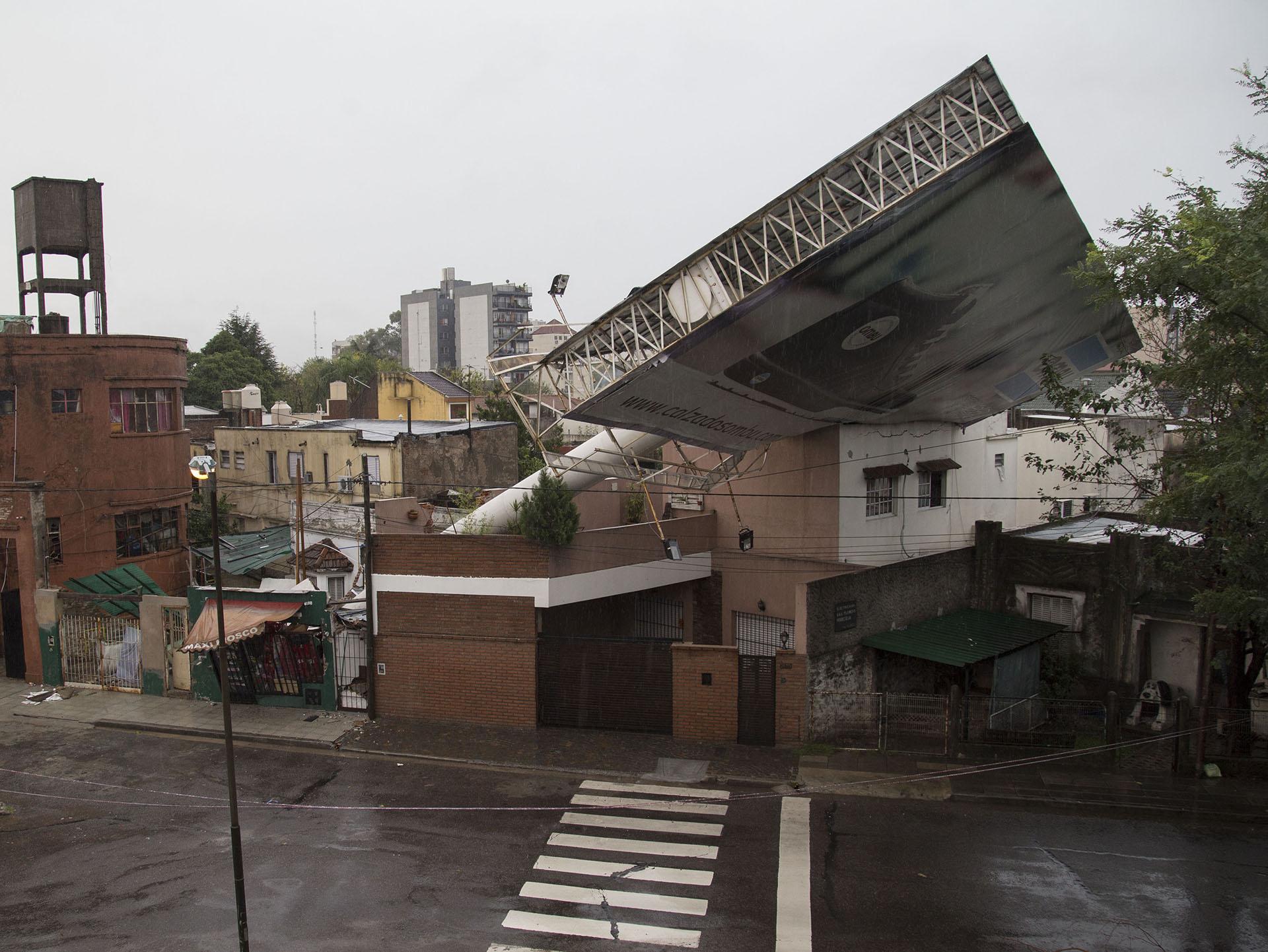 Un cartel de publicidad se cayó en la localidad de Tres de Febrero