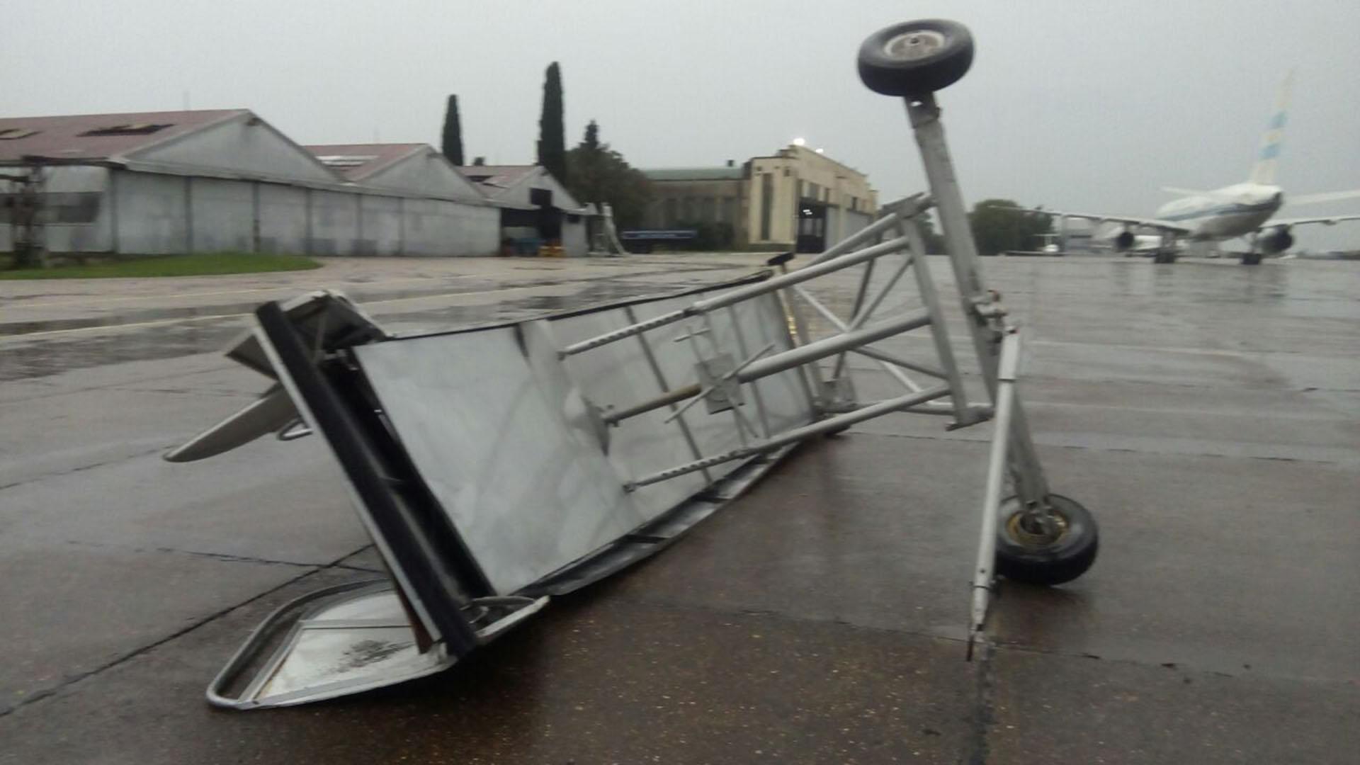 En Palomar hubo ráfagas y fuertes vientos que causaron voladuras y daños en los alrededores del aeropuerto