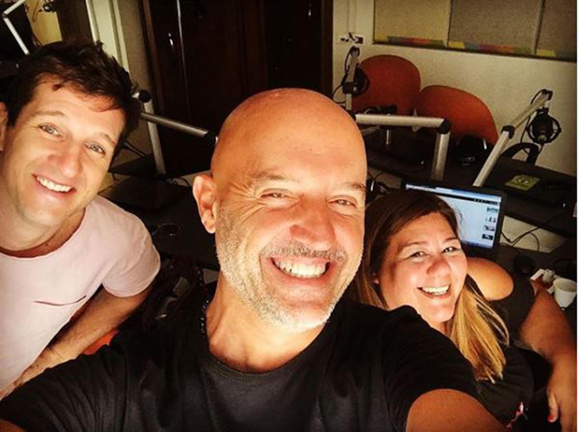 Junto a Santiago Calzarotto y Alejandra Salas, sus compañeros de radio