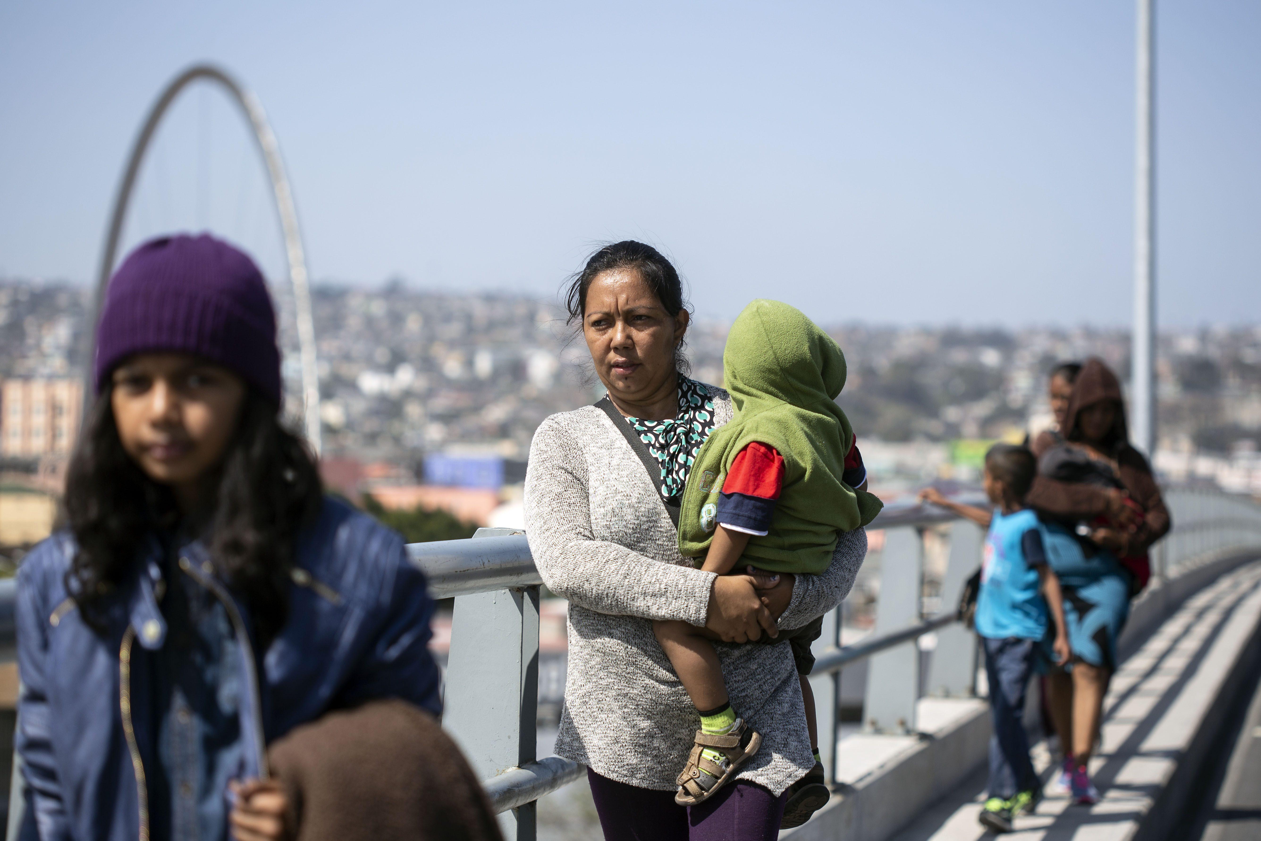 Los migrantes caminan cerca del cruce fronterizo en Tijuana (AFP / GUILLERMO ARIAS)