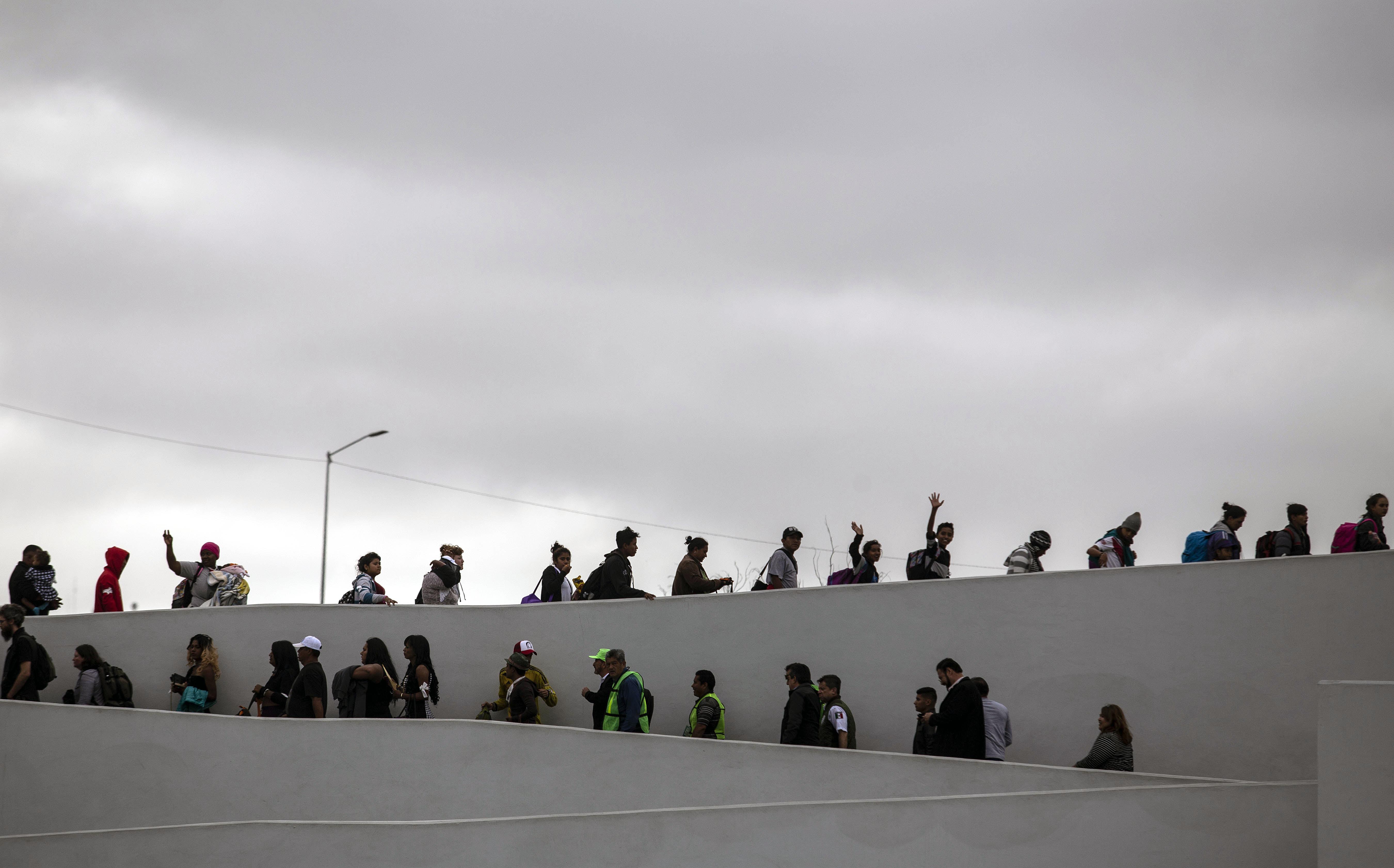 El ingreso de los migrantes en el cruce fronterizo (AFP / Guillermo Arias)