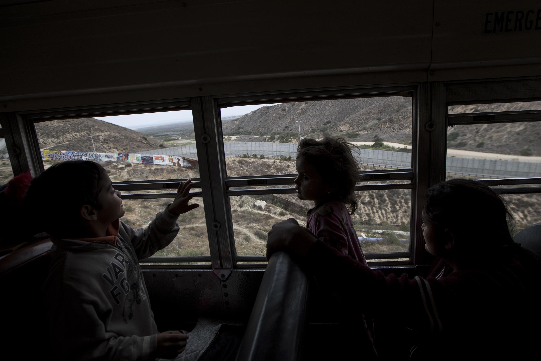 Niños observan el muro que separa la frontera entre México y Estados Unidos (AP/Hans-Maximo Musielik)