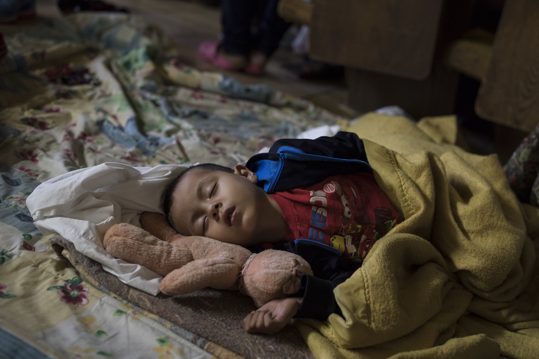 Un niño duerme en Tijuana, en México (AP/Hans-Maximo Musielik)