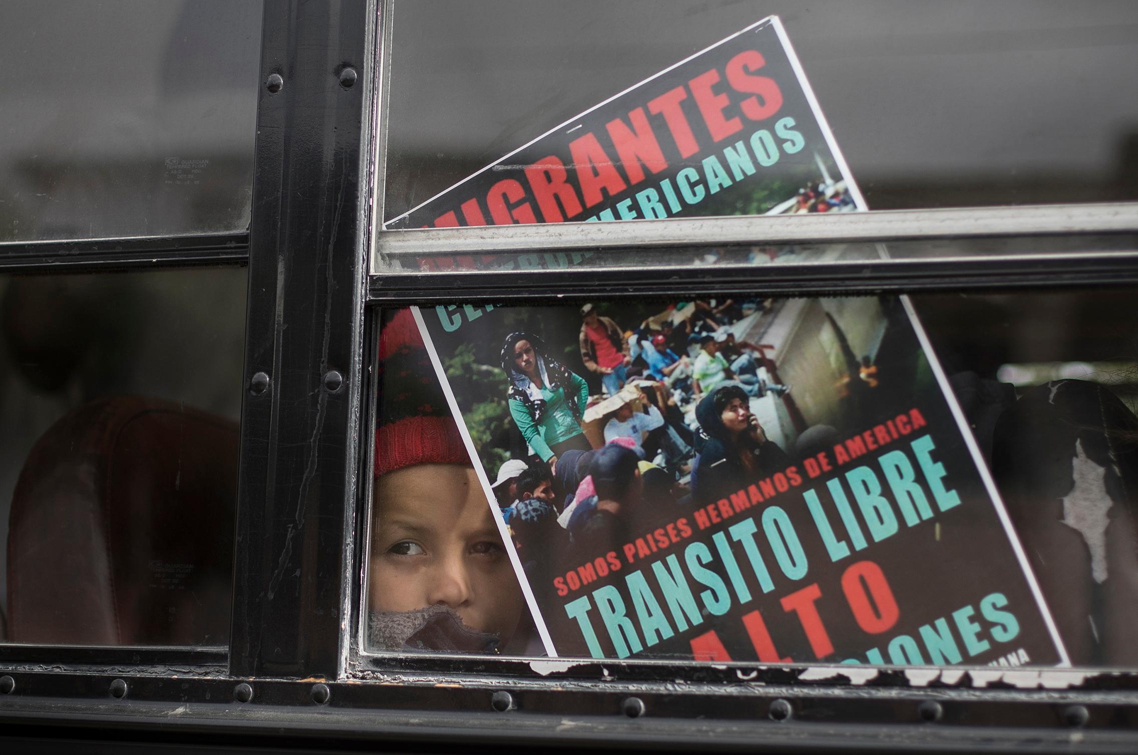 Un niño de la caravana en el bus que transportaba a los migrantes (AP Photo/Hans-Maximo Musielik)