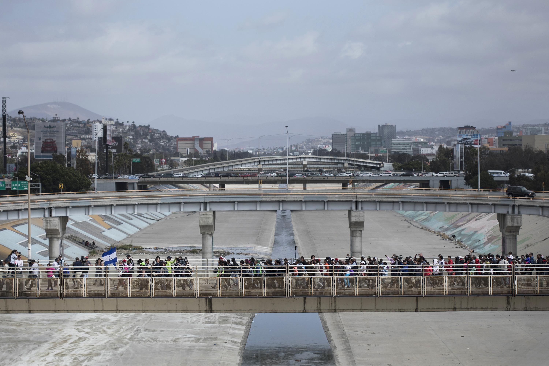 Los migrantes en el paso fronterizo(AP/Hans-Maximo Musielik)
