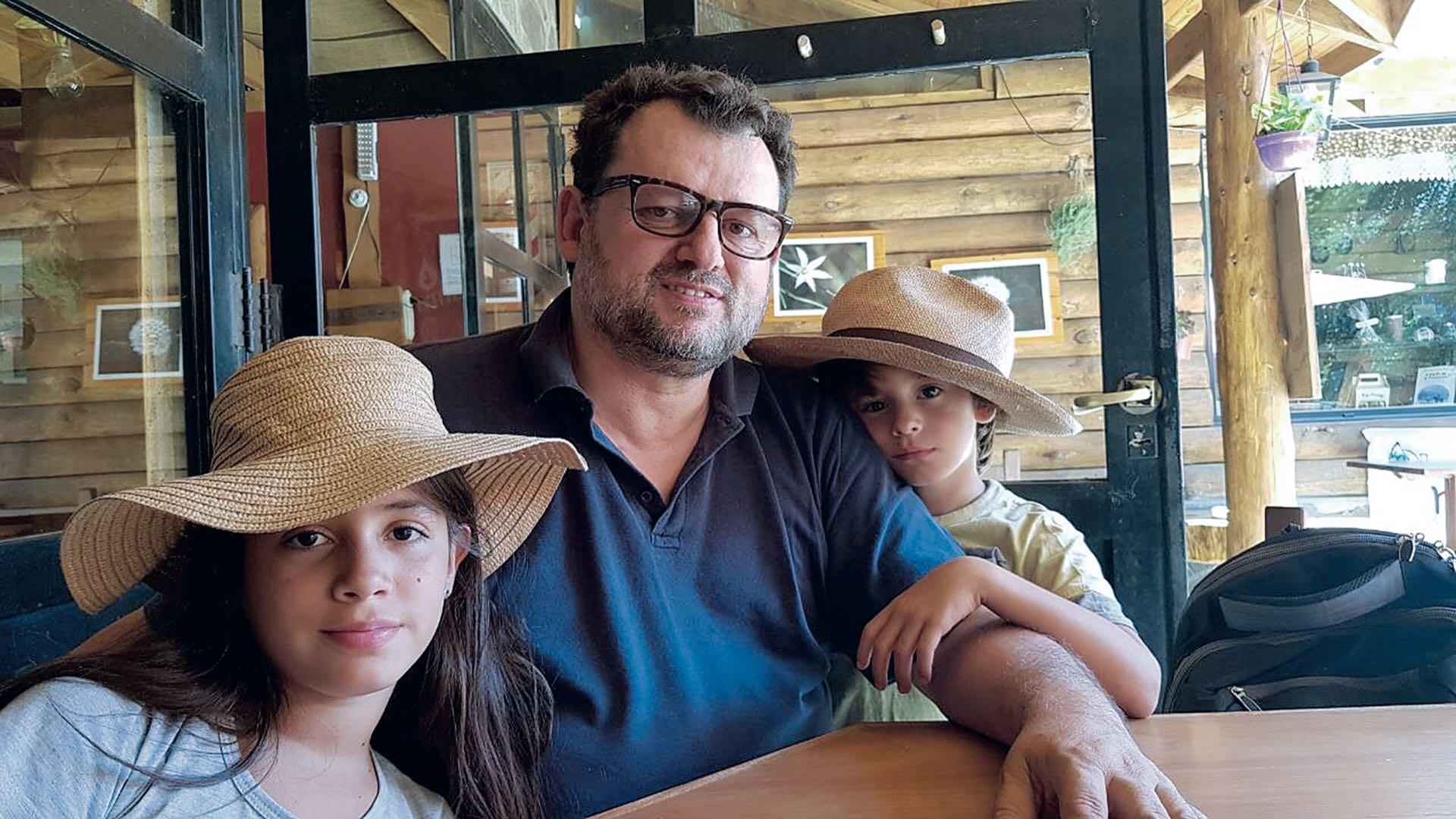 El cheff Christophe junto a sus nietos