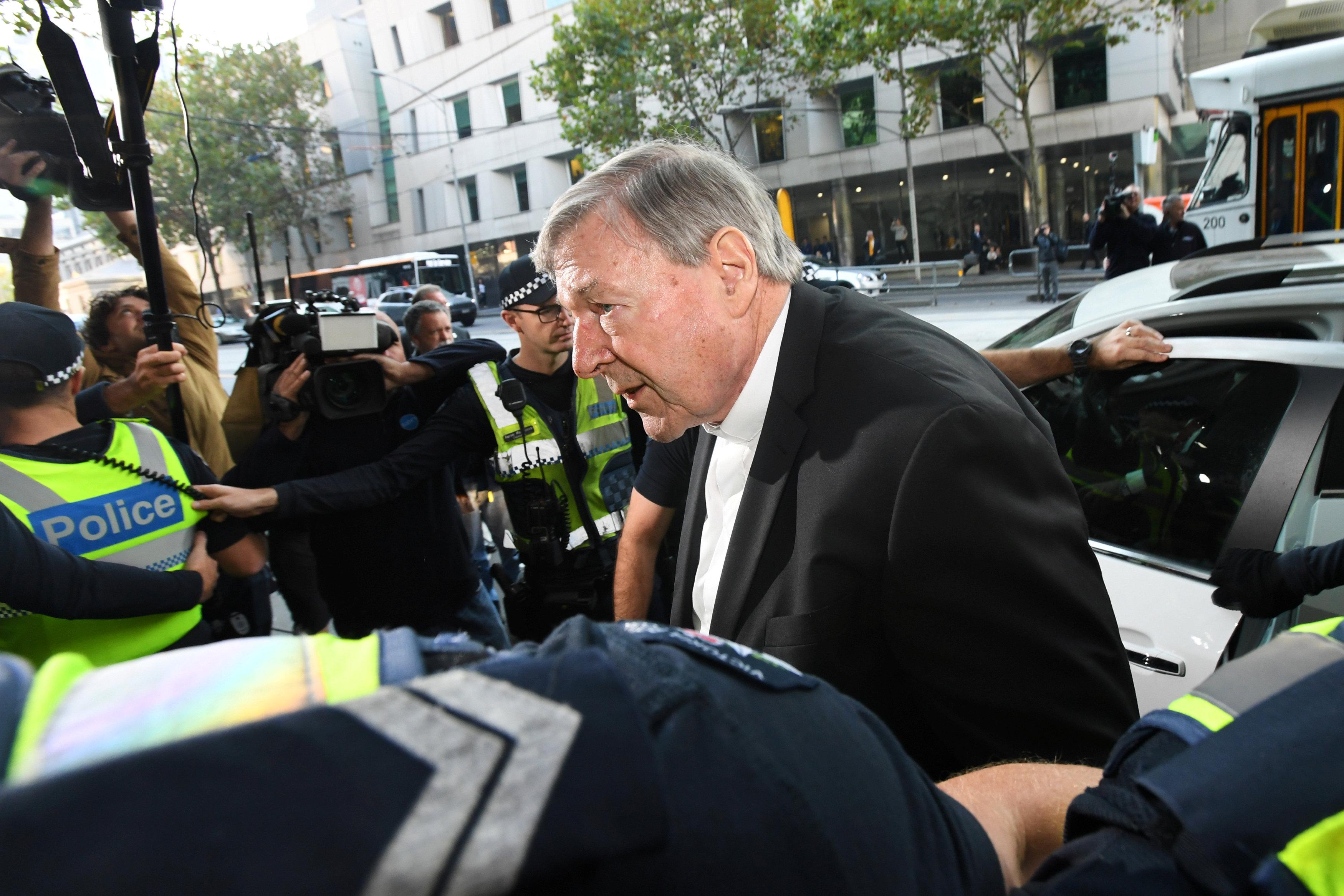 La llegada del cardenal George Pell al Tribunal de Magistrados de Melbourne este martes (AAP/James Ross/via REUTERS)