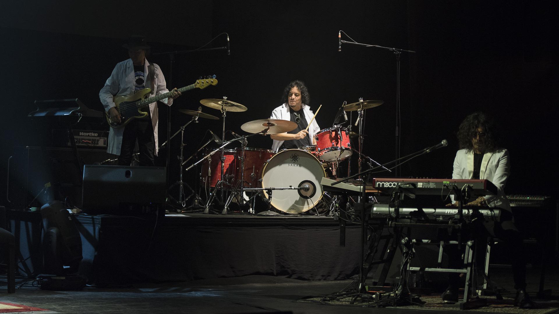 """Estuvo acompañado por Fabián """"Zorrito"""" Von Quintiero en teclado, Kiuge Hayashida en guitarras, Toño Silva en batería, Carlos González en bajo y Rosario Ortega en voz"""