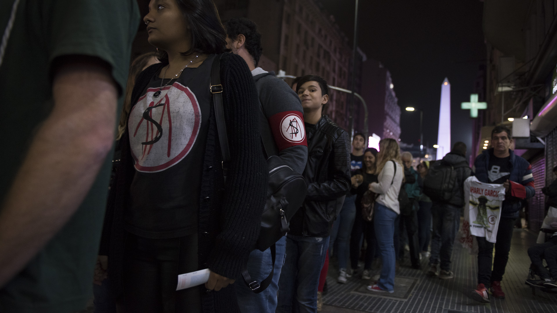 """La fila de ingreso sobre la calle Corrientes. Muchos lucieron el logo de """"Say no more"""", el histórico álbum de Charly"""