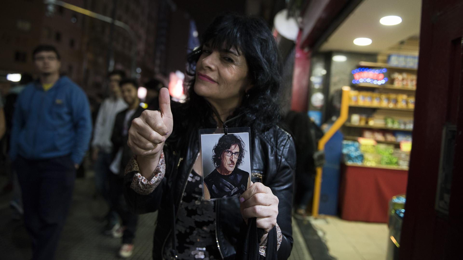 Una fanática con la imagen del músico