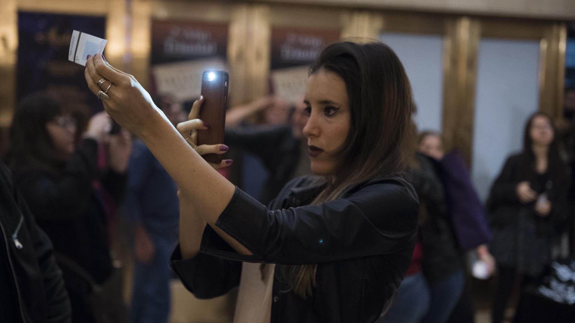 Otra de las fanáticas, tomando una fotografía a su ticket