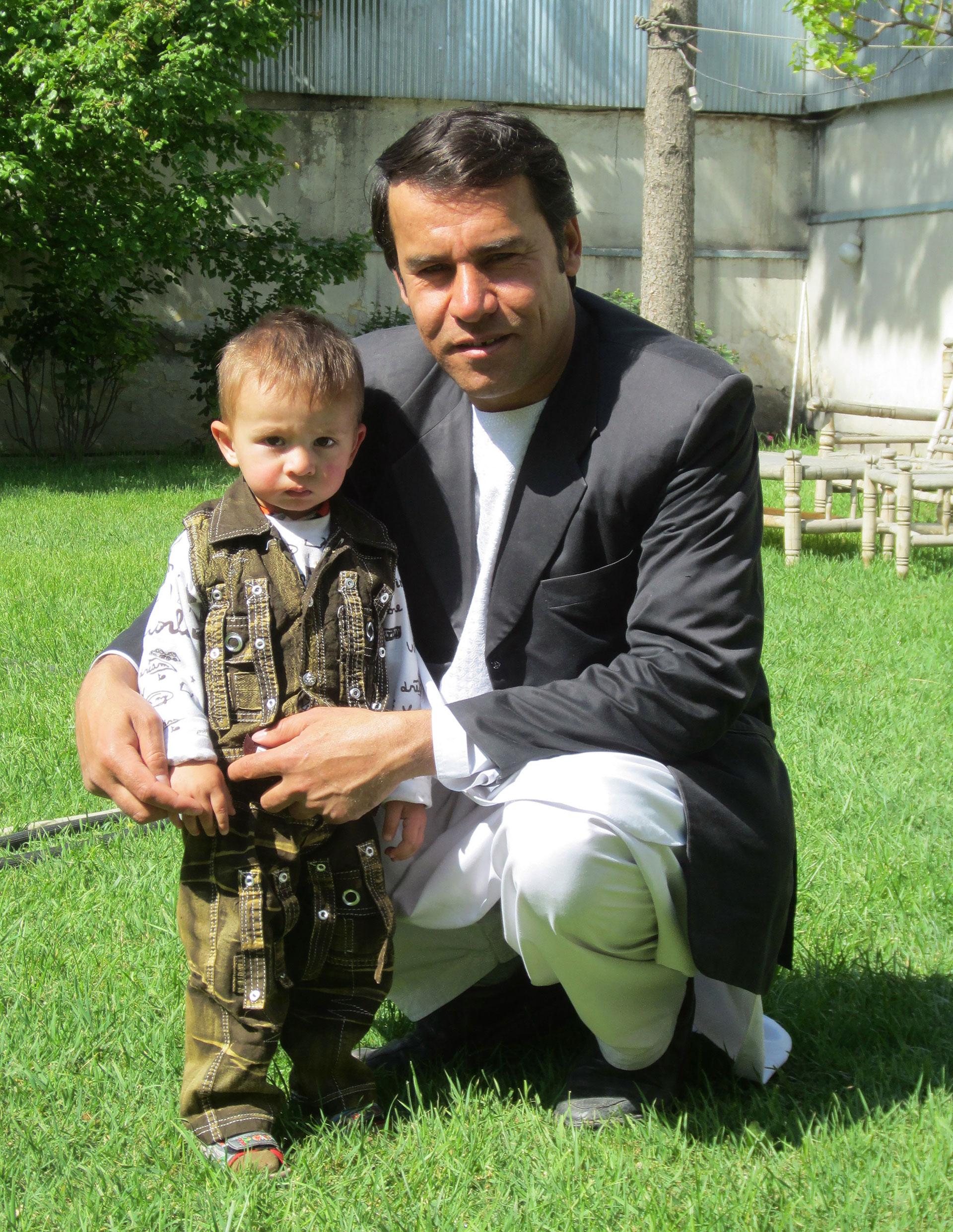Marai posando junto a uno de sus hijos en 2013 (AFP)