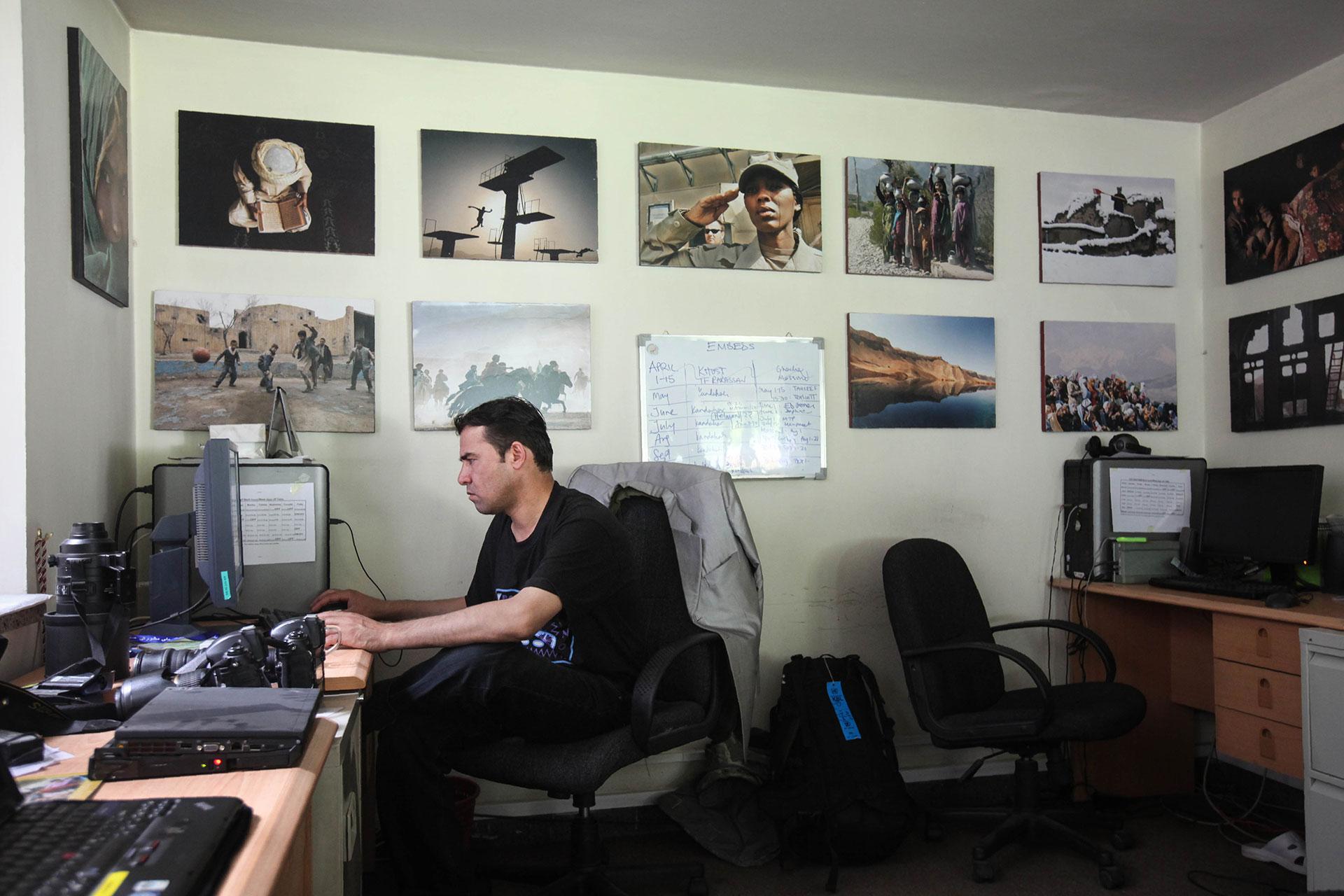 Marai, trabajando en su oficina de la agencia AFP en Kabul en 2010 (AFP)