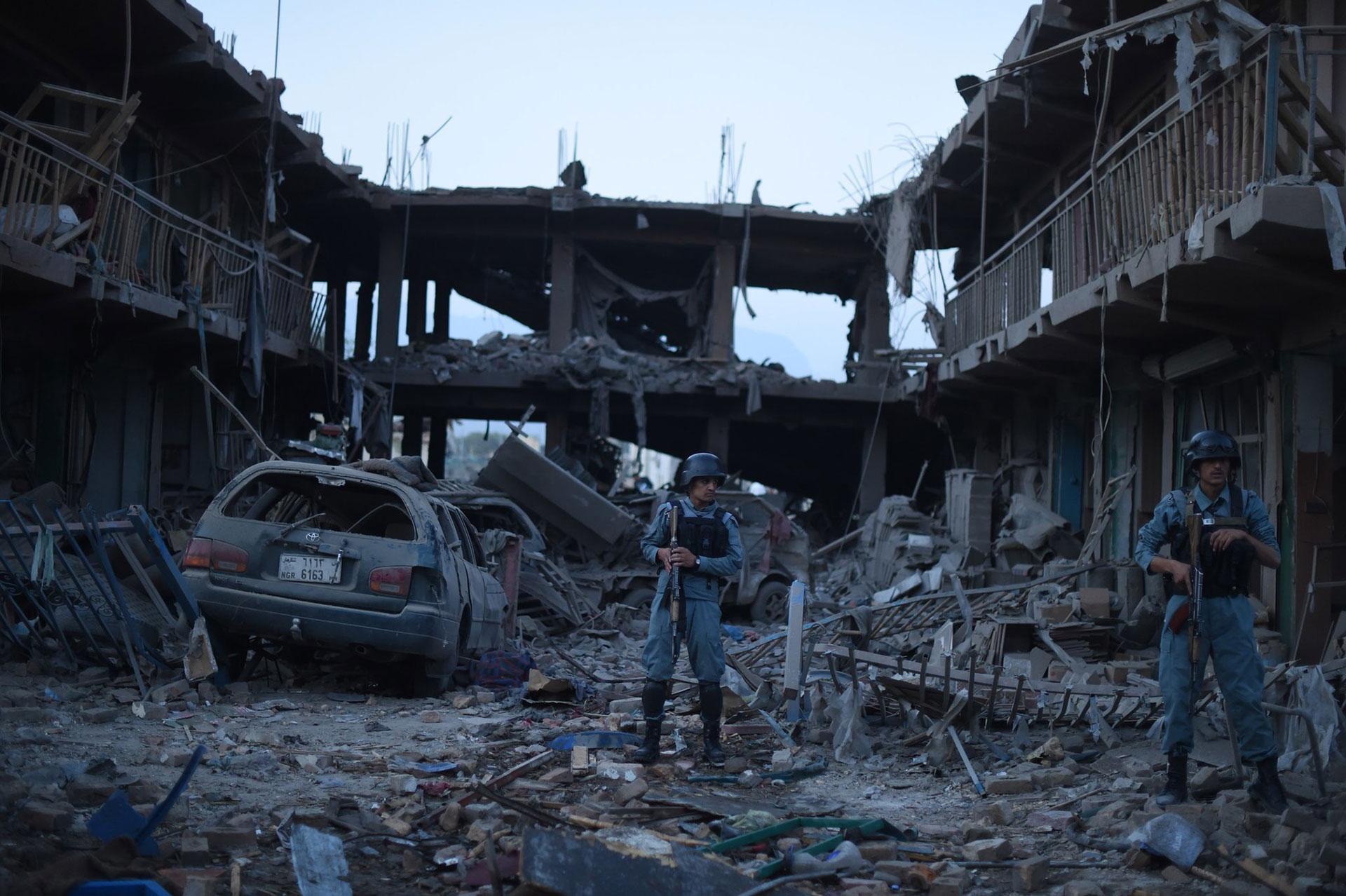 Fuerzas de seguridad afgana custodian el lugar en Kabul donde estalló un coche bomba en 2015 (AFP)