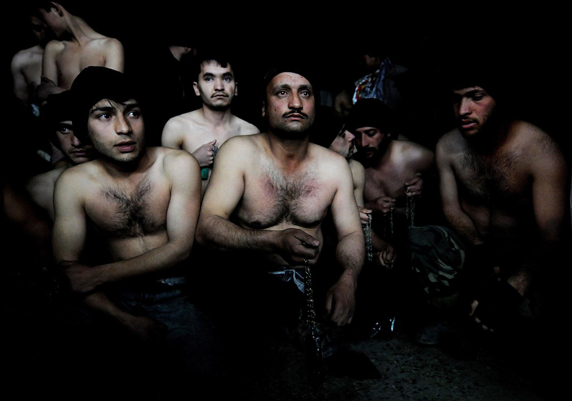 Hombres afganos preparan sus cadenas para participar del ritual musulmán del Ashura, en una mezquita de Kabul en 2008 (AFP)
