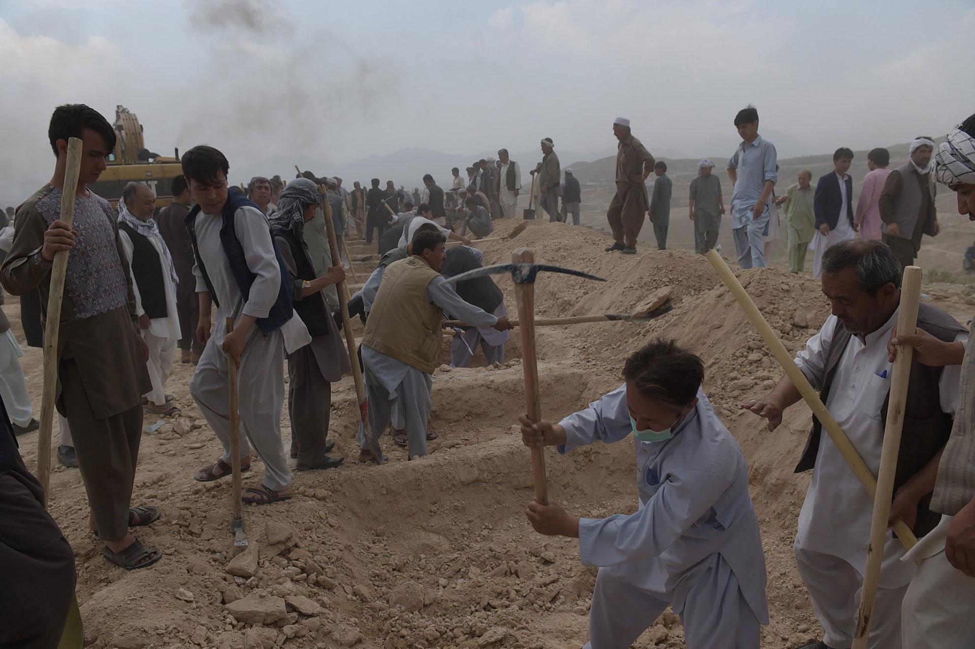 Estos hombres están cavando tumbas paras las víctimas de un atentado terrorista ocurrido en 2016 en Kabul (AFP)